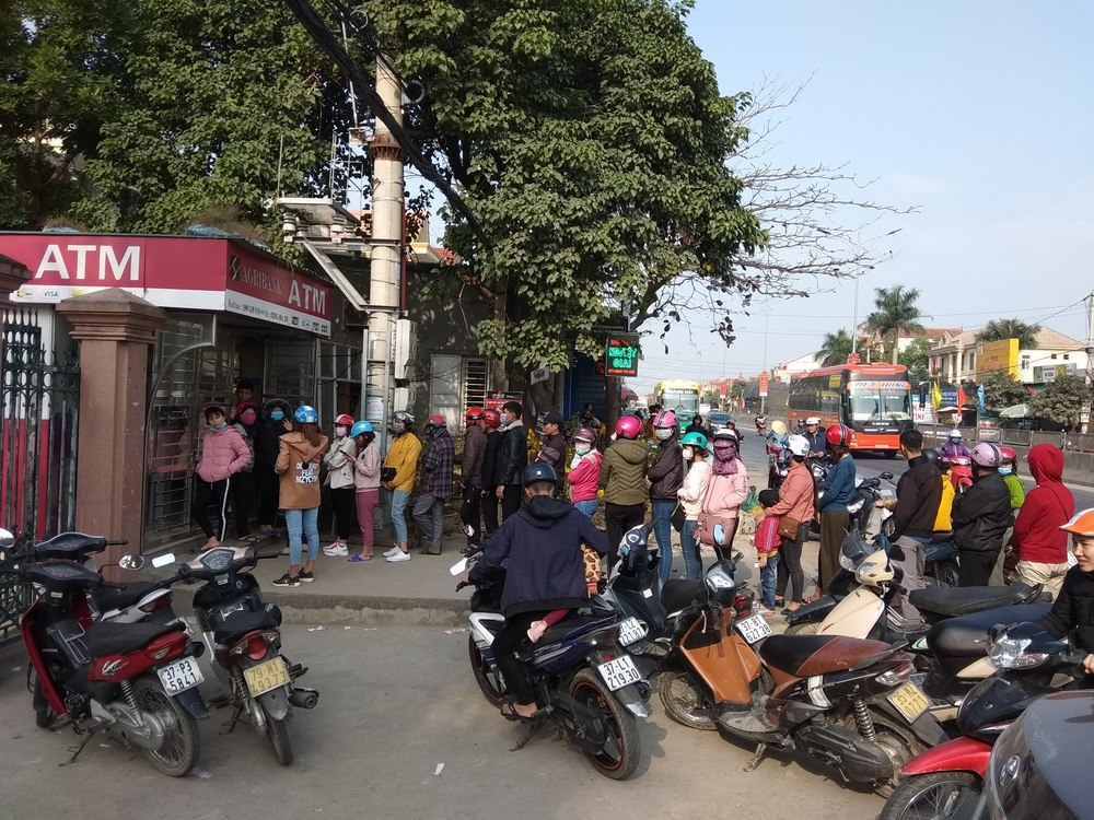 A huge waiting line for ATM