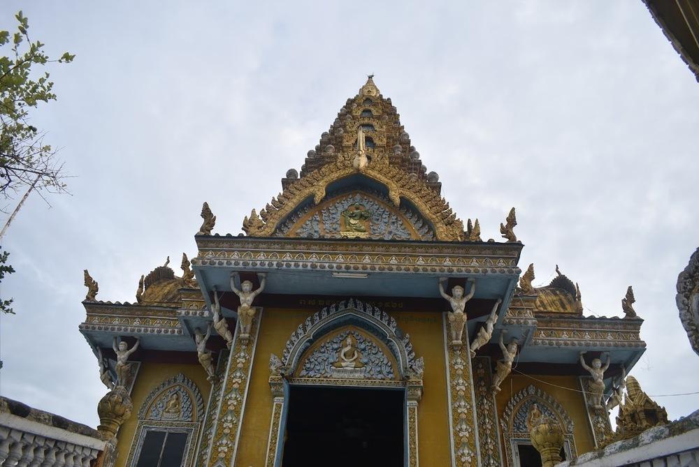 Wat Sampeau, the golden temple.